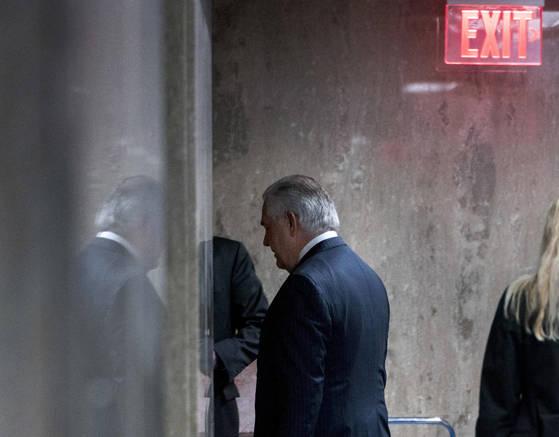 도널드 트럼프 미국 대통령은 렉스 틸러슨 국무장관을 전격 경질했다. 사진은 지난 13일 워싱턴에서 열린 컨퍼런스에서 연설을 마치고 퇴장하는 틸러슨. [AP=연합뉴스]