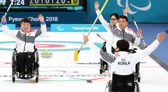 15일 오후 강원 강릉컬링센터에서 열린 2018 평창 겨울패럴림픽 휠체어 컬링 예선 11차전 대한민국과 중국의 경기에서 7대6으로 승리한 한국 선수들이 손을 들어 올리며 기뻐하고 있다. [연합뉴스]
