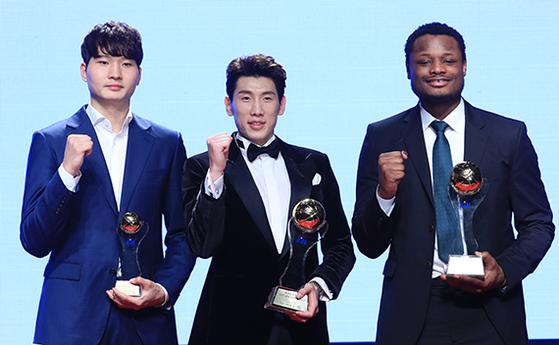 2017-2018시즌 프로농구 시상식에서 원주 DB 두경민(가운데)이 최우수선수(MVP)로 선정됐다. 같은 팀 디온테 버튼(오른쪽)은 외국인 선수 MVP, SK 안영준은 신인상을 받았다. [연합뉴스]