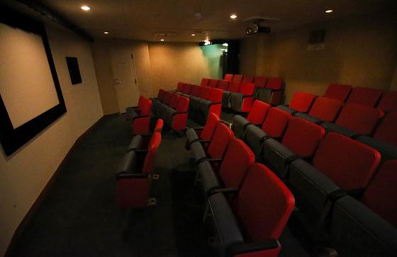 전남 목포와 제주를 오가는 국내 최대 규모의 크루즈 카페리 퀸메리 호. 선박 내부의 극장. 프리랜서 장정필