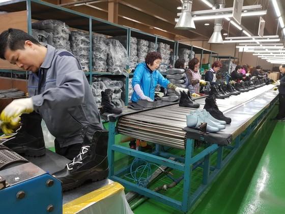 22년 만에 중국 공장을 철수하고 국내로 돌아온 트렉스타가 자체 브랜드 신발 생산에 한창이다.