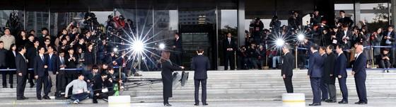 14일 오전 서울 서초동 서울중앙지검 청사에 출석한 이명박 전 대통령 [뉴시스]