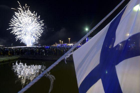 핀란드 헬싱키에서 펼쳐진 불꽃놀이. [로이터=연합뉴스]