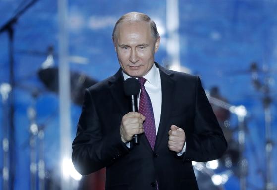 14일(현지시간) 대선을 나흘 앞두고 크림반도를 방문한 블라디미르 푸틴 러시아 대통령이 나히모프 광장에서 열린 크림반도 합병 행사에서 연설을 하고 있다. [타스=연합뉴스]