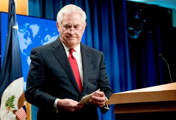 13일(현지시간) 갑작스럽게 경질된 렉스 틸러슨 미국 국무장관이 국무부 브리핑룸에서 기자회견을 마치고 단상을 떠나고 있다. 틸러슨은 회견에서 트럼프 대통령의 이름을 언급하지 않았다. [AP=연합뉴스]