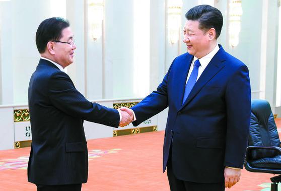 지난 12일 시진핑 중국 국가주석과 정의용 청와대 국가안보실장이 악수하고 있다.[연합뉴스]