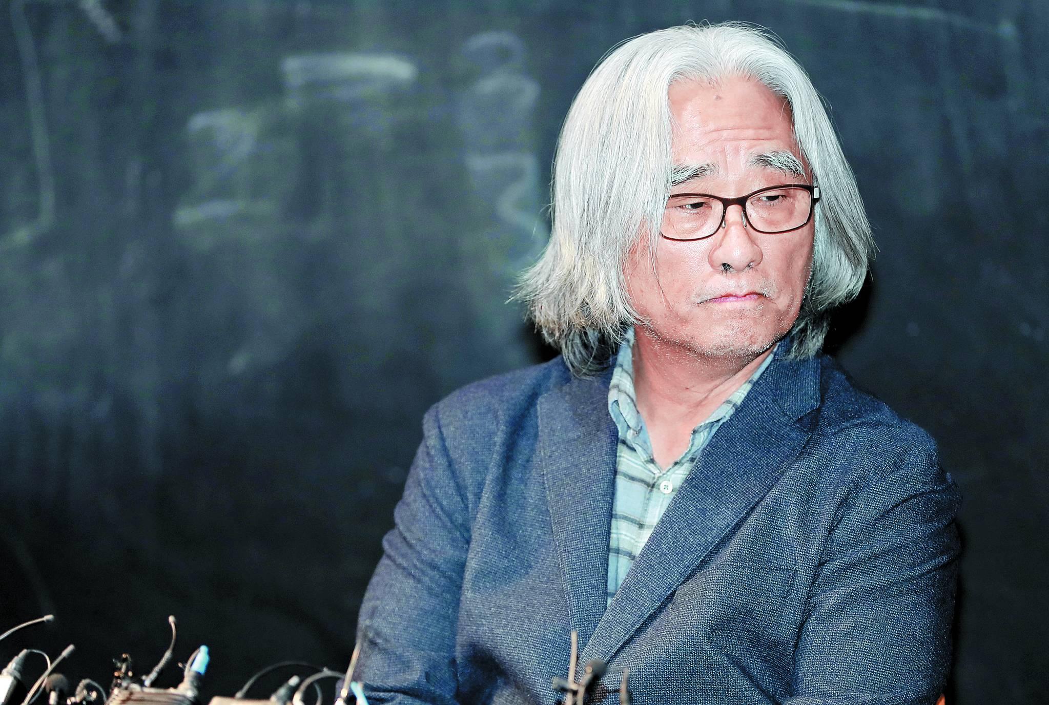성추행 파문을 일으킨 연극연출가 이윤택이 지난 19일 오전 서울 종로구 30스튜디오에서 기자회견을 열었다. [연합뉴스]