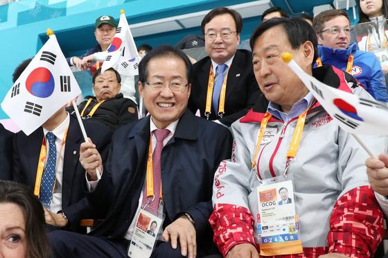 자유한국당 홍준표 대표(왼쪽)가 15일 오후 강릉컬링센터에서 열린 2018 평창동계패럴림픽 휠체어컬링 예선 마지막 경기인 11차전, 대한민국과 중국의 경기를 관전하고 있다. [연합뉴스]