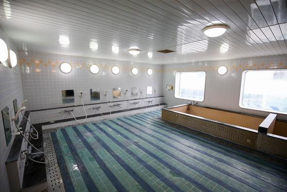 전남 목포와 제주를 오가는 국내 최대 규모의 크루즈 카페리 퀸메리 호. 목욕탕은 이 배를 이용하는 화물차 운전 기사들이 가장 반기는 공간이다.. 프리랜서 장정필