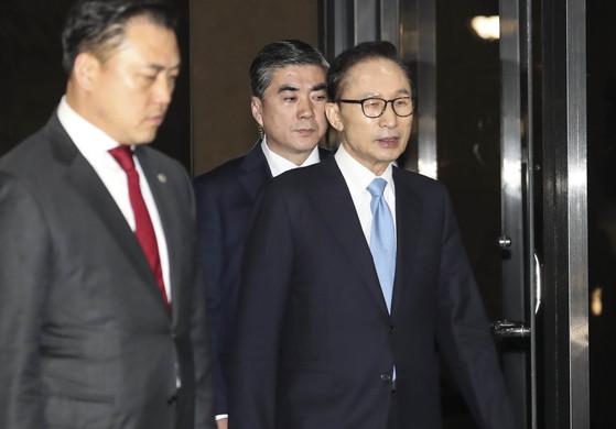 검찰 조사를 마친 이명박 전 대통령이 15일 오전 서초동 서울중앙지검을 나서고 있다. [연합뉴스]