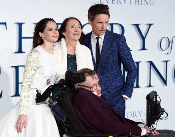 2014년 12월 9일 영화 '사랑에 대한 모든 것' 시사회에서 제인 와일드와 그를 연기한 펠리시티 존스, 스티븐 호킹과 그의 역할을 맡은 에디 레디메인이 포즈를 취하고 있다. [EPA=연합뉴스]