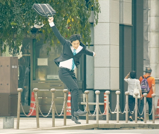 직장인의 애환을 그린 일본 영화 '잠깐만 회사 좀 관두고 올게'의 한 장면. 사진은 기사 내용과 직접적인 관련이 없음. [사진 이수C&E]