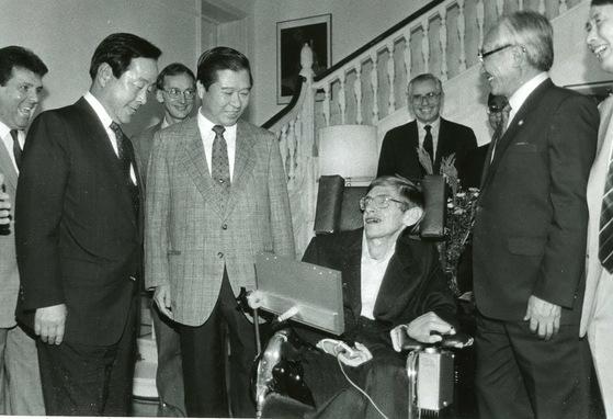 90년 한국 방문 당시 김영삼 민자당 대표, 김대중 평민당 총재(사진 왼쪽부터)와 이야기를 나누는 모습이다. [중앙포토]