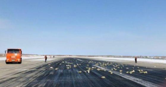 야쿠티야 자치공화국 야쿠츠크 공항에서 금괴를 싣고 가던 수송기가 문짝 파손으로 일부 금괴가 활주로에 쏟아지는 사고가 발생했다. [사진 리아노보스티=연합뉴스]