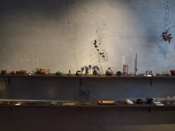 오르에르 아카이브의 한쪽 벽면. 눈길을 끄는 물건들이 하나씩 진열돼 있다. 유지연 기자