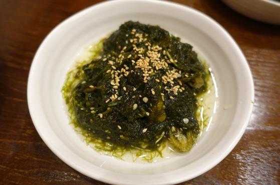 감태지. 매생이와 파래 사이의 해조류인 감태로 김치처럼 담가 먹는 음식은 전남 남해안 출신에게는 추억의 음식이다.