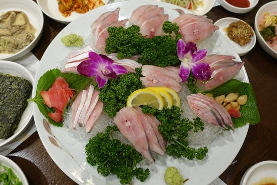 병어회. 병어는 '고운님'에서 가장 인기 있는 생선이다.