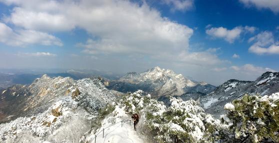 푸른 하늘 아래 고고한 자태를 뽐내는 북한산 의상 능선(왼쪽)과 백운대(중앙). [사진 하만윤]