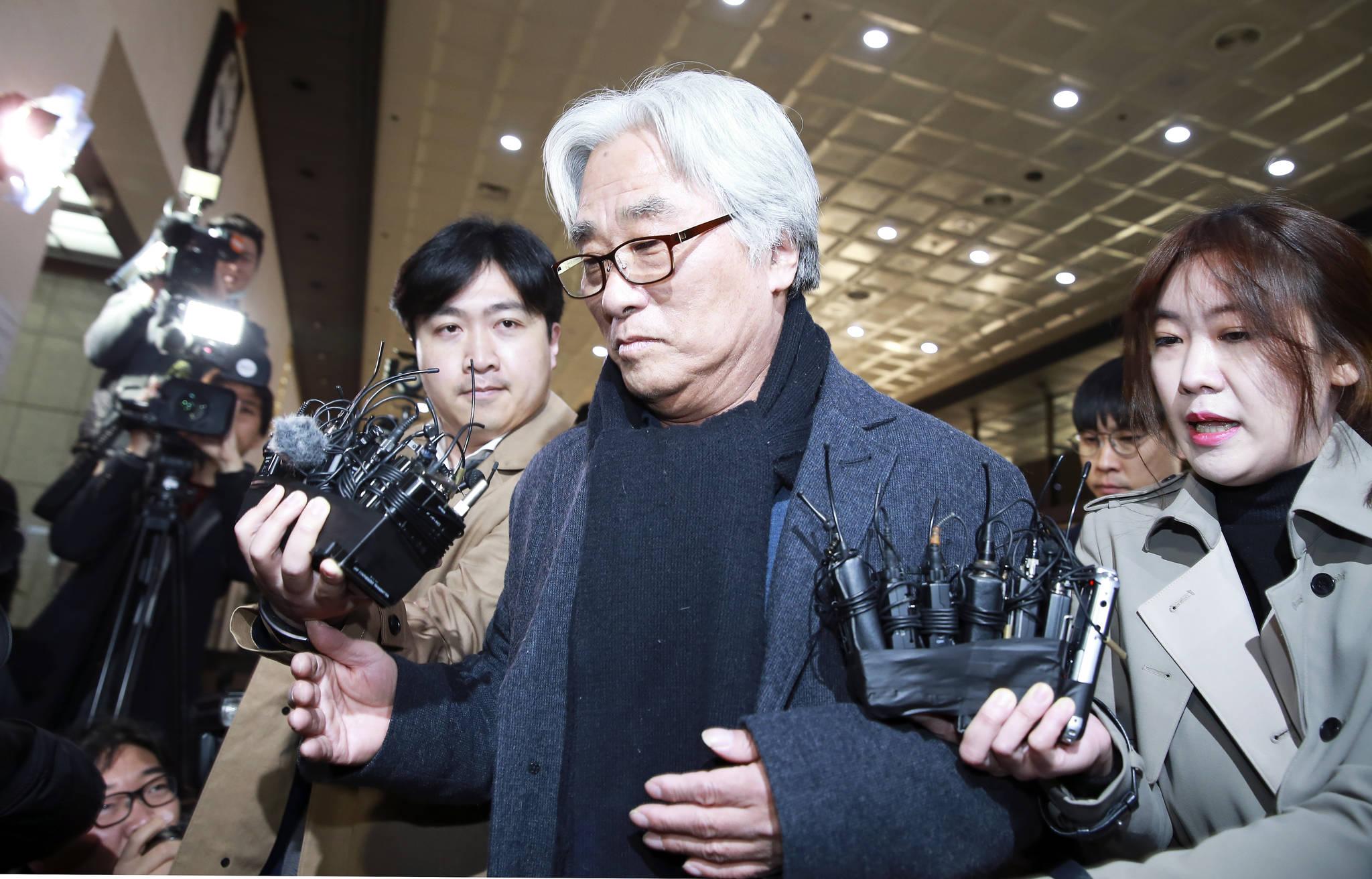 극단 단원에게 상습적으로 성폭력을 가한 의혹을 받는 연극연출가 이윤택 씨가 17일 오전 서울 종로구 서울지방경찰청에 조사를 받기 위해 출석하고 있다. 임현동 기자