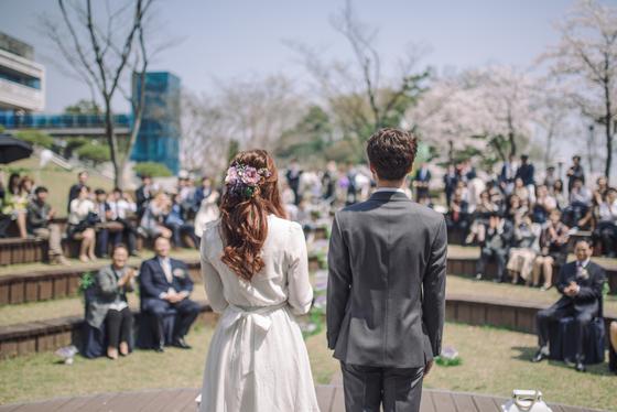 경기 수원박물관은 2016년부터 박물관의 야외공연장을 결혼식장으로 대관해 주고 있다. 노효선씨는 지난해 이 곳에서 4년 사귄 남자친구와 결혼식을 올렸다.[사진 독자 노효선씨]