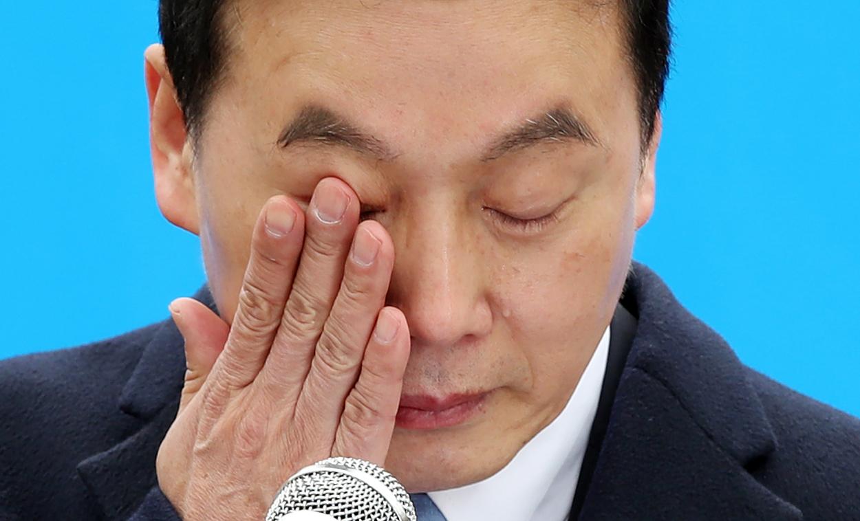 정봉주 전 의원이 18일 서울 마포구 경의선숲길공원에서 6.13 지방선거 서울시장 출마를 선언하던 중 눈물을 흘리고 있다. [연합뉴스]