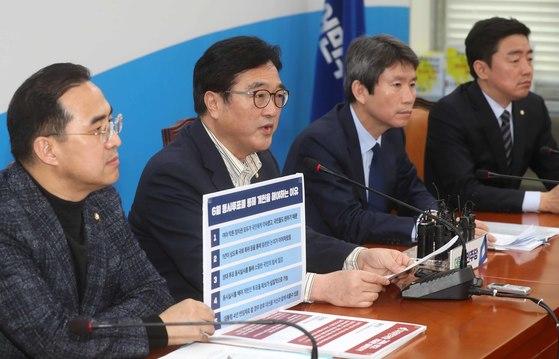 우원식 더불어민주당 원내대표(왼쪽 둘째)가 18일 오전 국회에서 기자간담회를 열고 6월 지방선거와 개헌 동시투표를 해야 하는 이유에 대해 설명하고 있다. 김상선 기자