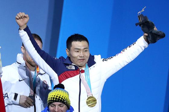17일 오후 강원도 평창 올림픽파크 메달플라자에서 신의현 선수가 2018 평창 겨울 패럴림픽 크로스컨트리 남자 7.5km 좌식 경기 금메달을 수상하고 있다. 신 선수가 손을 번쩍들며 환호하고 있다. 장진영 기자