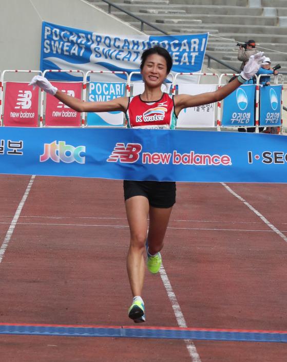 지난해 11월 중앙서울마라톤에서 여자부 우승한 김도연. [중앙포토]