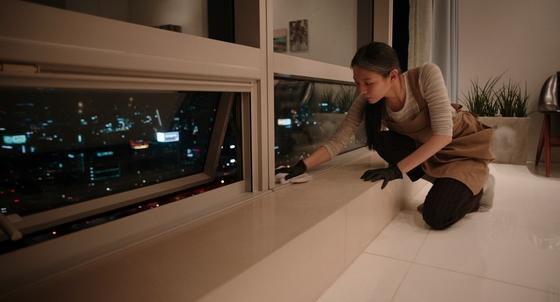 영화 '소공녀'에서 가사도우미로 일하는 주인공 미소(이솜 분)는 자신이 좋아하는 담배와 위스키를 포기하지 않기 위해 집을 포기한다. [사진 CGV아트하우스]