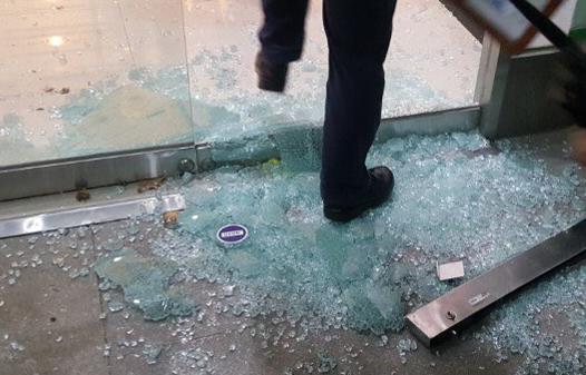 총장 퇴진을 요구하는 학생들의 점거농성이 벌어진 서울 동작구 총신대학교에 18일 오전 용역들이 진입, 학생들과 충돌을 빚었다. 용역 진입 당시 깨진 유리문이 산산조각이 나 있다. [독자 제공=연합뉴스]