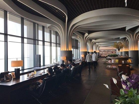 호텔의 프론트 데스크 층. 바다를 바라보면서 휴식할 수 있는 카페가 있다.