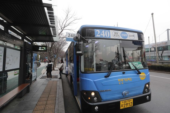 240번 버스가 지난달 27일 서울 광진구 건대역 버스정류장에 멈춰섰다. 김상선 기자