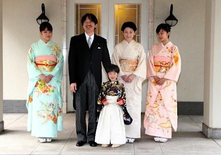일본 궁내청이 공개한 일본 후미히토 왕자의 가족사진.
