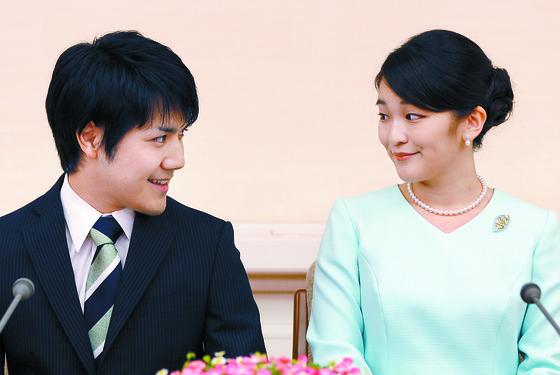 아키히토 일왕의 큰손녀 마코 공주(오른쪽)가 대학 동기 회사원 고무로 게이와 결혼을 발표하고 있다. [AP=연합뉴스]