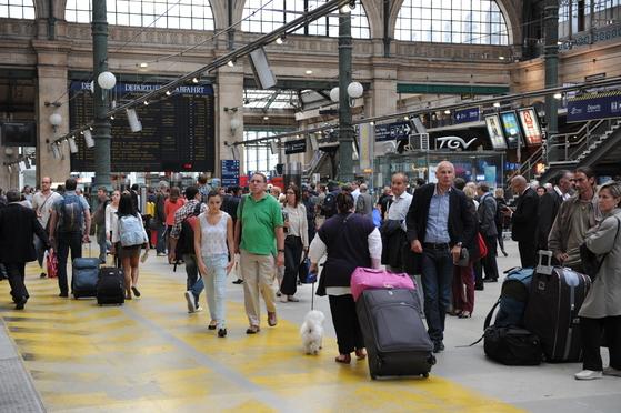 2017년에는 해외여행자가 2700만 명에 달했다. 그만큼 해외에서 발생하는 사고도 늘었다. 귀찮더라도 여행자보험은 가입하는 게 낫다. 사진은 프랑스 파리역. [중앙포토]