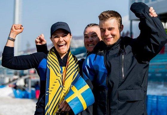 평창 동계 패럴림픽 참석차 내한한 스웨덴 빅토리아 왕세녀가 지난 14일 크로스컨트리스키 남자 1.5㎞ 스프린트 클래식 시각장애 경기에서 은메달을 딴 세바스티안 모딘 선수와 함께 환호하고 있다. [사진 스웨덴왕실]