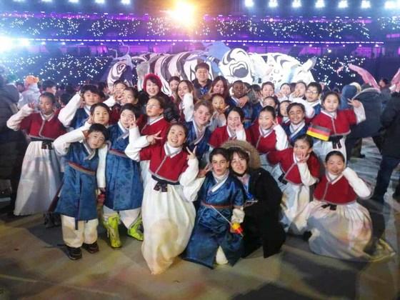 지난달 9일 강원 평창올림픽 스타디움에서 열린 2018 겨울올림픽 개막식에서 애국가 제창을 한 레인보우합창단 단원들이 기쁨을 만끽하며 기념촬영하고 있다. [사진 한국다문화센터=연합뉴스]