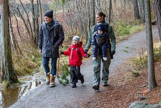 헬스트레이너 출신인 다니엘 공작 뿐 아니라 빅토리아 왕세녀 자신도 스포츠를 즐기는 활달한 성격이다. 티레스타 국립공원에서 온 가족이 트레킹을 즐기는 모습. [사진 스웨덴왕실]