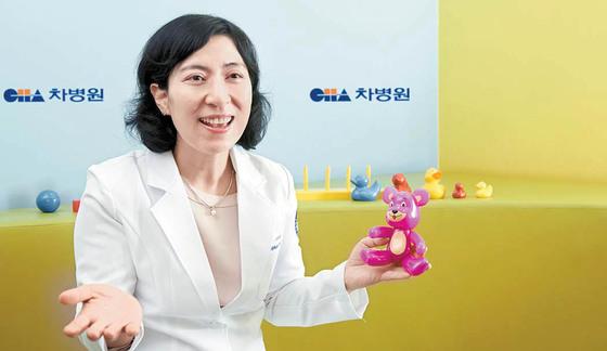 강남차병원 NICU 전지현 교수가 신생아의 인지 기능을 측정하는 베일리 검사 도구를 들어 보이고 있다. 프리랜서 인성욱