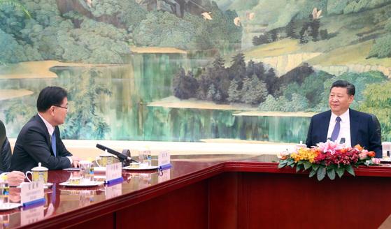 12일 오후 중국 베이징(北京) 인민대회당 푸젠팅에서 방북 방미 결과를 설명하기 위해 중국을 방문한 정의용 국가안보실장이 시진핑(習近平) 중국 국가주석에게 인사말을 하고 있다. [사진=베이징 특파원단]