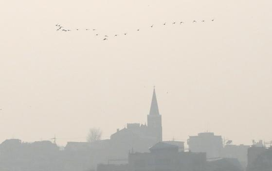 12일 오후 서울 동호대교에서 바라본 도심이 뿌옇게 보이고 있다.  [뉴시스]