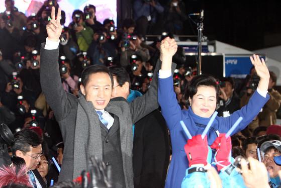 2008년 대통령 당선자 시절 이명박 대통령과 김윤옥 여사. [중앙포토]