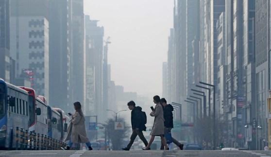 지난 11일 서울 강남대로가 미세먼지로 뒤덮여 있다. [뉴스1]