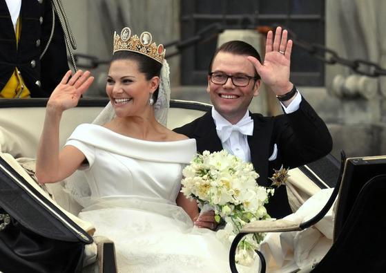 2010년 6월 19일(현지시간) 세기의 결혼식에 앞서 스웨덴 스톡홀름시내에서 마차를 탄 채 지나가며 손을 흔드는 왕세녀 빅토리아와 남편 다니엘. [사진 위키피디아]