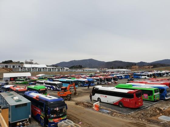 강원도 평창군 대관령면 용산리 횡계차고지엔 전국에서 온 대형버스들이 주차돼 있다. 박진호 기자