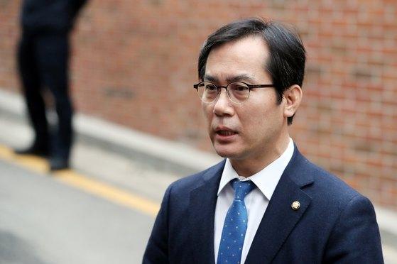이명박 전 대통령(77)의 검찰 출석을 앞둔 지난 14일 오전 김영우 자유한국당 의원이 서울 강남구 논현동 이 전 대통령 자택으로 들어서고 있다.[뉴스1]