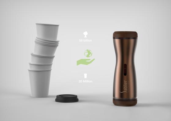 산업 디자이너 김영세 회장(이노디자인)이 만든 '샤블리에'(오른쪽). 디자인으로 지구를 구한다(Save the earth by design)'란 디자인 철학을 적용한 제품으로, 드립커피를 내리는 도구와 1회용 종이컵 없이도 커피를 즐길 수 있는 새로운 개념의 커피 메이커 겸 텀블러다.