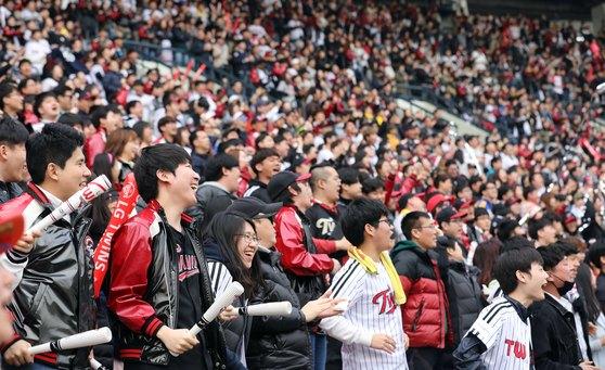 18일 오후 서울 송파구 잠실야구장에서 열린 2018 프로야구 신한은행 마이카 KBO리그 LG 트윈스와 두산 베어스의 시범경기를 찾은 관중들이 열띤 응원을 펼치고 있다. [뉴스1]