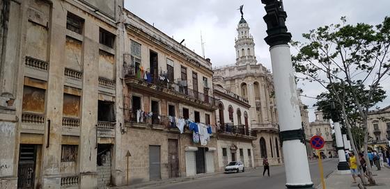 쿠바 아바나의 중심지. 쿠바에는 이른바 '포춈킨 빌리지(외국인에게 체제 선전용으로 보여주기 위한 전시용 도시)'가 없다. 대표적인 포춈킨 빌리지로 꼽히는 평양과 달리 아바나는 무질서하고 지저분한 모습도 보였다. 하지만 바로 이 때문에 사람 사는 도시의 냄새가 물씬 풍겼다. 여행객을 끌어모으는 비결이다.