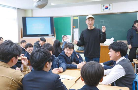 롯데시네마는 아이들과미래재단과 함께 미래 영화인을 꿈꾸는 청소년 교육 프로그램인 '롯데시네마 영화제작교실'을 운영 중이다. [사진 롯데시네마]